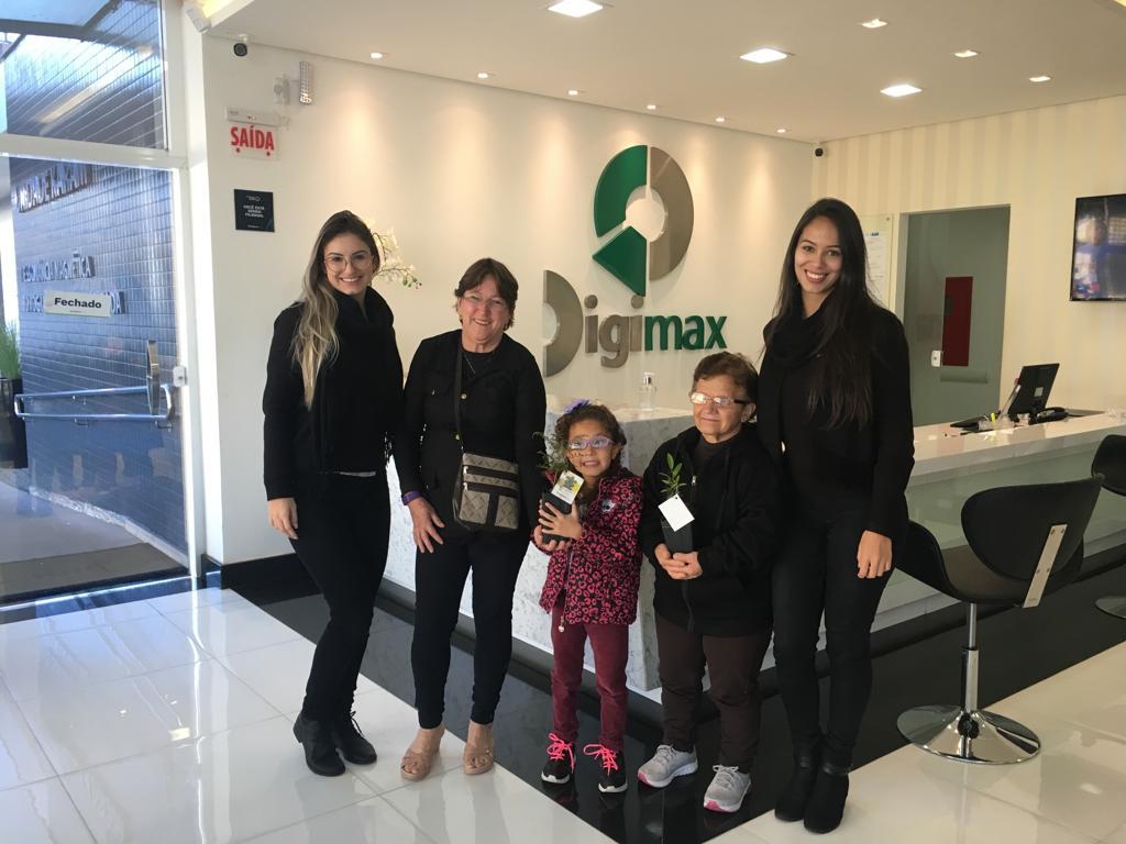 Digimax entrega mudas de plantas para clientes